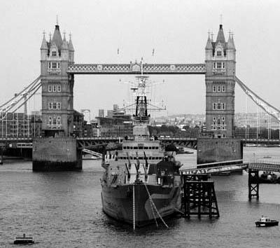 Schiff mit Brücke in London